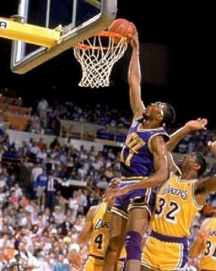 Thurl Bailey al tiro contro i Los Angeles Lakers di Magic Johnson